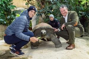 Dominic Thiem gemeinsam mit Bruder Moritz und Tiergartendirektor Stephan Hering-Hagenbeck mit der Riesenschildkröte Schurli. Foto: © Daniel  Zupanc