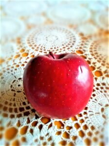 """""""An apple a day keeps the doctor away!"""" Wer täglich einen Apfel isst, benötigt keinen Onkel Doktor, so ein volksmundiger Ausspruch. Die Ernte 2020 fiel überaus üppig und reichhaltig aus. Foto: oepb"""