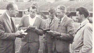 """1. SSC-Sektionsleiter, ÖFB-Teamchef und selbst Journalist: Josef """"Pepi"""" Argauer (links, im Jahre 1956), weiß nur zu gut, was die Meute der """"schreibenden Zunft"""" hören möchte.  Foto: privat"""